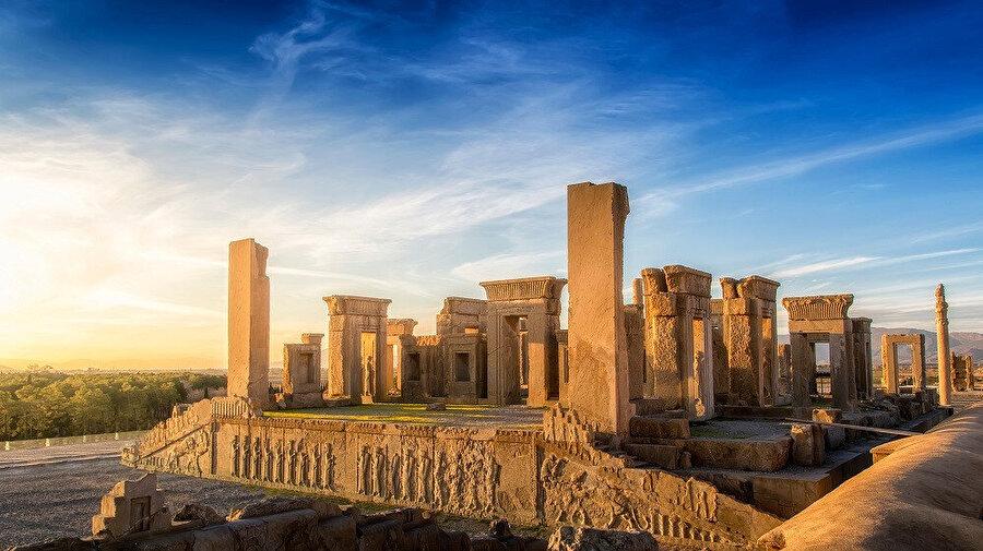 Şiraz şehri, İranlılar'ın anavatanı olan Fars bölgesinin -ki İran halkı ve dili de adını buradan alır- merkezinde bulunması, eski eserleri ve bozulmamış kent dokusuyla ayrıca çevresindeki bağlarıyla ve ünlü şaraplarıyla İran'ın en güzel ve en çok turist çeken şehirlerinden birisidir.