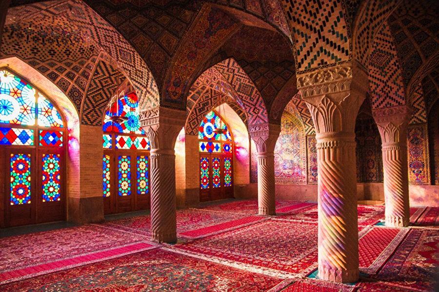 Yüzyıllar boyunca bir kültür ve sanat şehri olarak bilinen Şiraz, 'İran'ın kültür başkenti' 'şairler şehri' ve 'güller şehri' gibi unvanlara sahiptir.