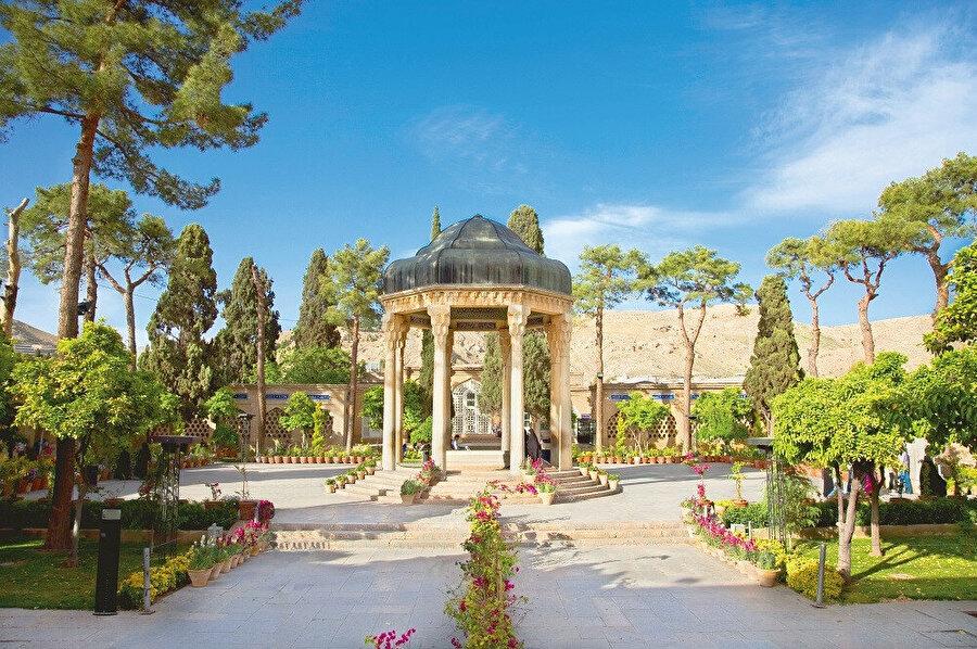 Şiraz şehri, etrafını Zağros dağ silsilesinin çevrelediği 1.480 metre rakımlı bir plato üzerinde yer alır.
