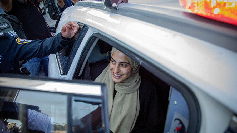 İsrail polisi tarafından sorguya götürülen Muna, Filistinlilerin destek gösterileri eşliğinde polis arabasına bindirilmişti.