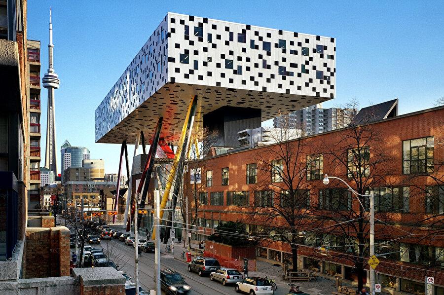 Sharp Tasarım Merkezi, OCAD Üniversitesi'nin ana binası üzerinde konumlanıyor.