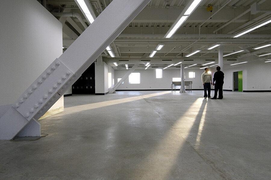 Projede kurgulanan aydınlatma tasarımı; yapının karakterini gündüz ve gece olarak tanımlamakta büyük rol oynuyor.