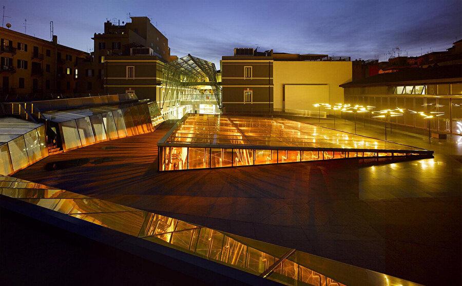 Müze tasarımı, ziyaretçilere şehri yeni bir bakış açısıyla görme şansı veren çatı terasıyla tamamlanır.