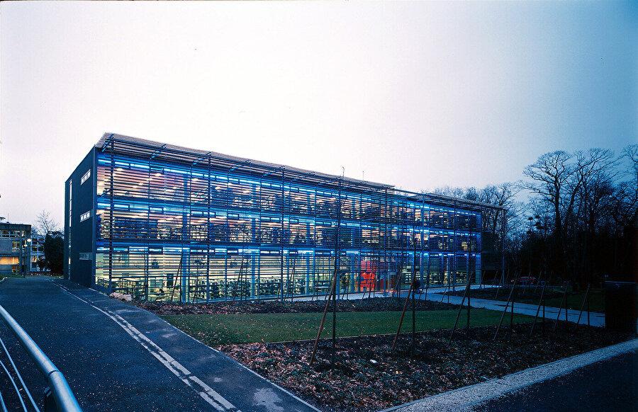 Nantes Üniversitesi, Kütüphane Binası ve İktisadi Bilimler Fakültesi. Güneye bakan cam cephe, ahşaptan yapılmış dev bir panjurla güneşten korunur.