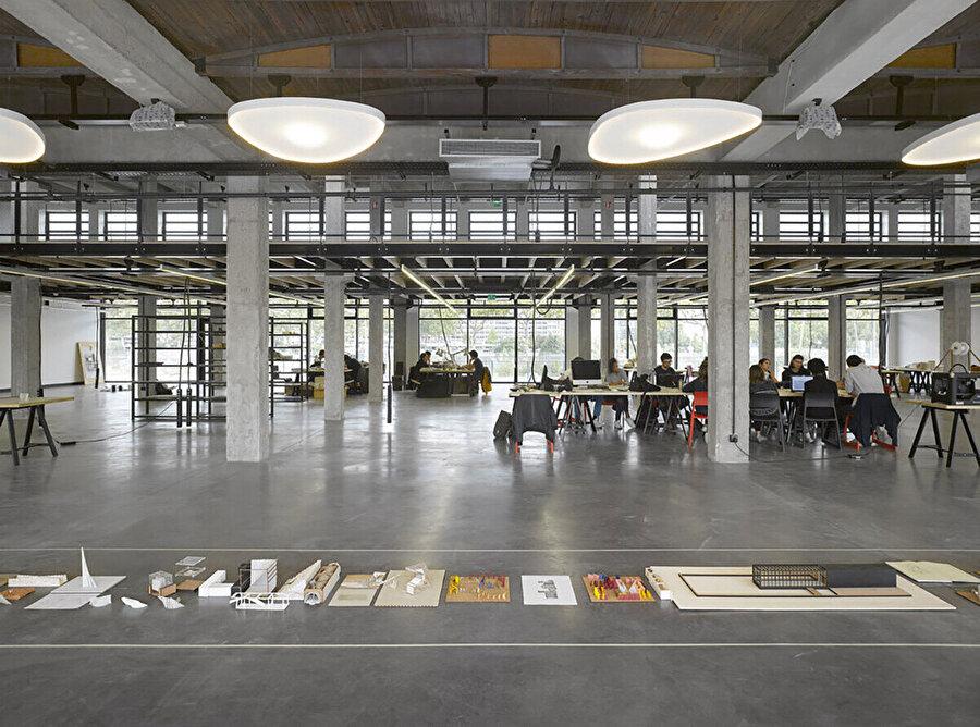 Lyon'un eski rıhtım bölgesinde inşa edilen eğitim binası, eski bir demiryolu yapısından dönüştürülmüştür.