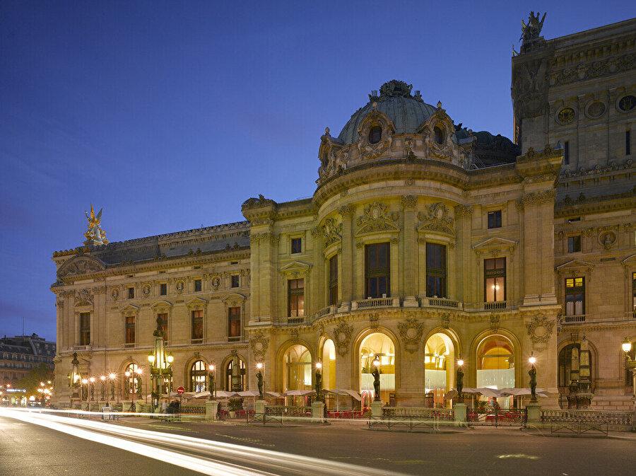 Opéra Garnier giriş cephesi.