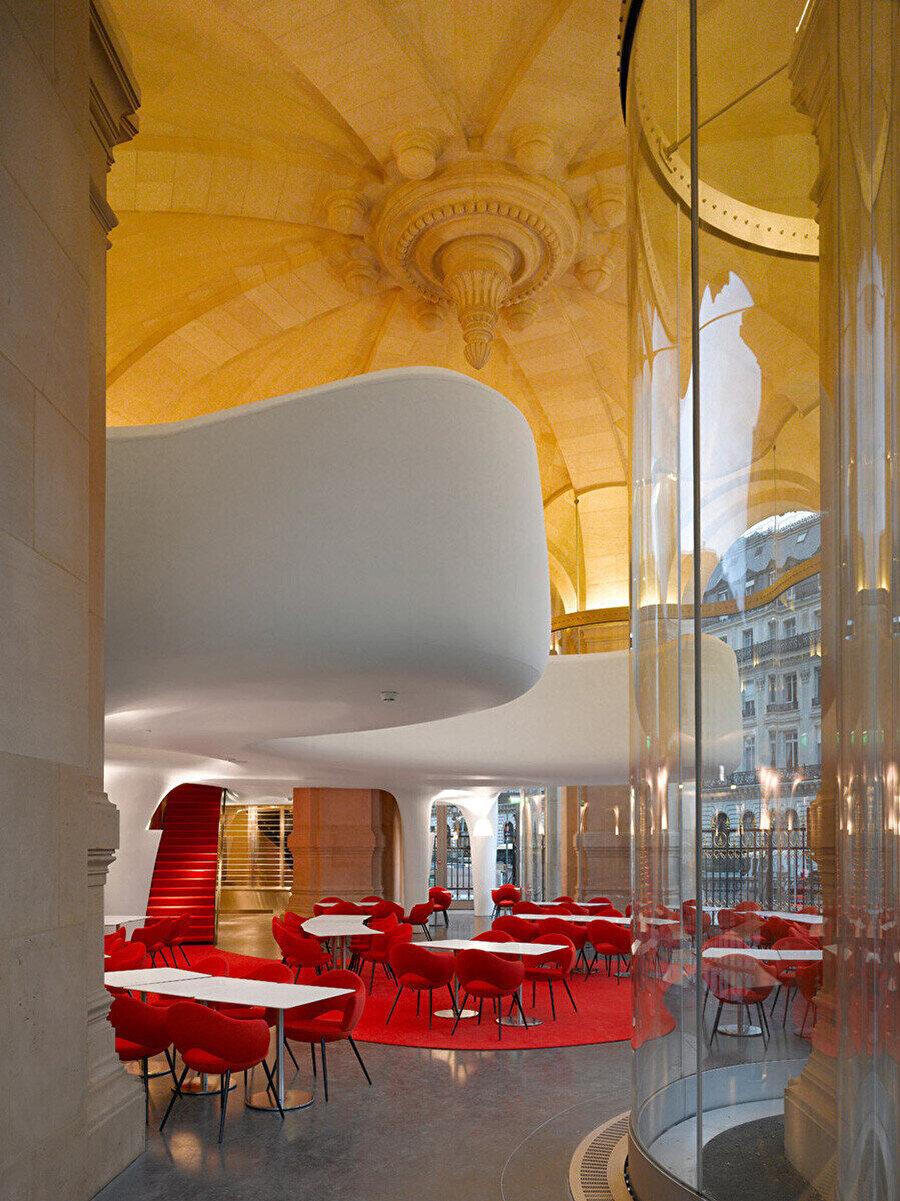 Kırmızı tonlarında tasarlanan mekân, üst katta samimi ve özel bir alan tanımlar.