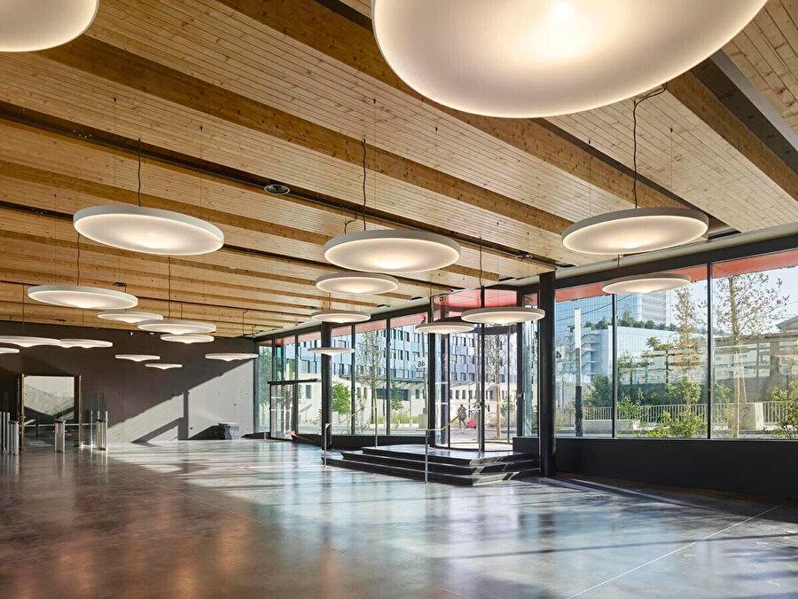 Luceplan için tasarlanan Pétale, içinde sessizliğin büyüsünü gizleyen organik bir forma sahiptir. Lambanın beyaz kumaşla kaplı gövdesi, mekanlarda akustik konforu artıran ses emici bir panelden oluşur.