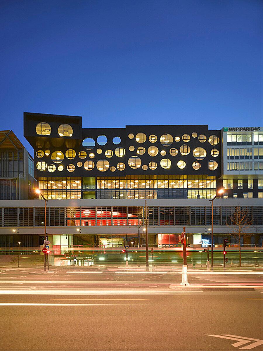 16 000 m²'lik bir alana yayılan, benzersiz bir mimari yaklaşım kullanılarak tasarlanan, Avrupa'nın en büyük kuluçka ve teknoloji merkezi ve genç girişimleri desteklemeye adanmış bir ofis binası olan Le Cargo.