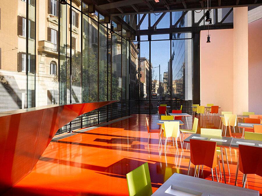 MACRO'nun bar ve restoran alanları için Decq'in tasarladığı kare sandalye.