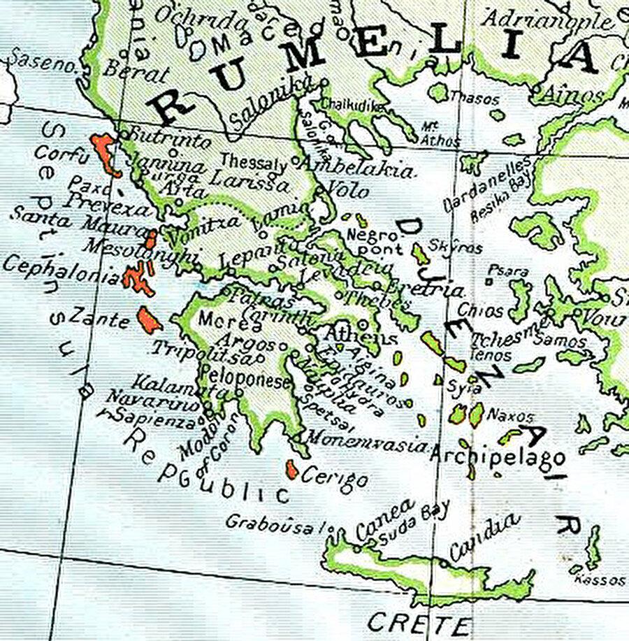 Kuşbakışı Yedi Ada Cumhuriyetin Haritada Yunanistan'ın solundaki turuncu renkli adalar (Korfu, Zenta, Kefalonya, Aya Mavra, İtaki, Çuka ve Pakso) Yedi Ada Cumhuriyeti'ni (Septinsular Republic) gösteriyor.