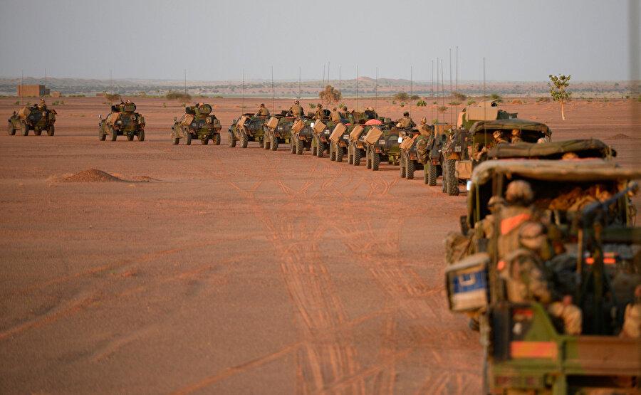 Boksit, uranyum, demir, altın ve petrol rezervi bakımından zengin Sahel'de konuşlanan askerler, ağır ve teknolojik ekipmanla desteklendi.