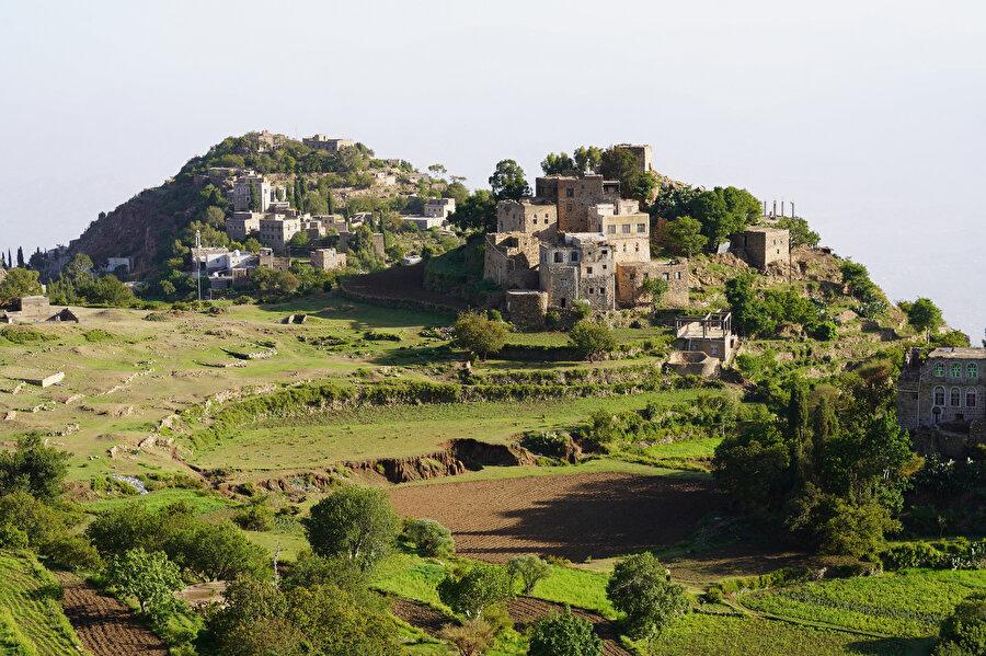 Yemen'in en kalabalık kentlerinden Taiz'de tarihi Gelin Kalesi'ne de ev sahipliği yapan Sabır Dağı, bölgenin önemli turistik merkezleri arasında yer alıyor.