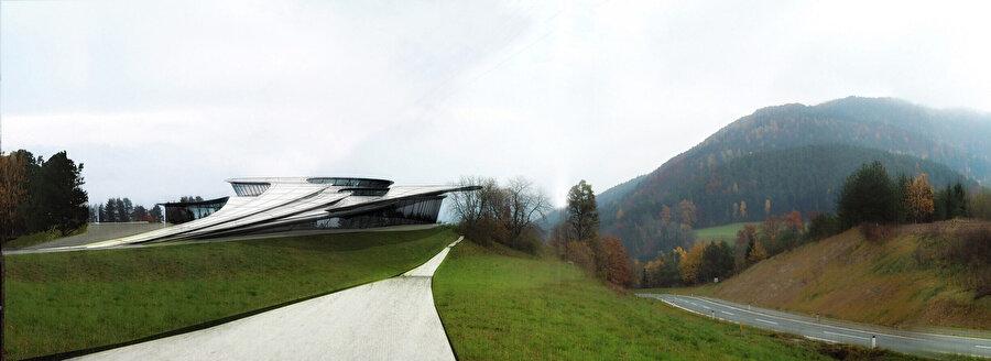 2004'te Avusturya'nın Neuhaus şehrinde inşa edilen L. Müzesi; doğal ve yapay, ağır ve hafif, gölge ve aydınlık arasındaki ikilemi adeta yeniden yorumlar.
