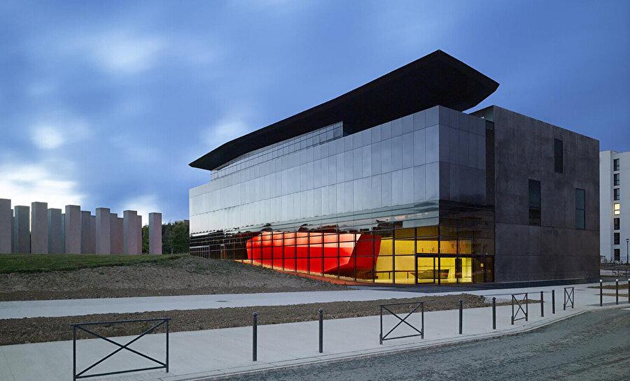 2012 yılında, FRAG [Les Fonds Régionaux d'Art Contemporain (Bölgesel Çağdaş Sanat Fonları)] için tasarlanan, yeni çağdaş sanat müzelerinin ilki olan Bretagne Çağdaş Sanat Müzesi.
