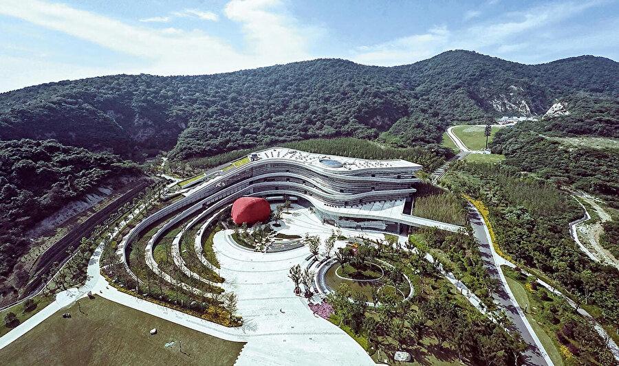 Dünyanın en etkileyici arkeolojik alanlarından biri olan Fangshan Tangshan Ulusal Jeopark Müzesi, Çin'in Jiangsu şehrinde bulunmaktadır. 5 hektarlık açık alana yayılan ve çeşitli turistik yerleri bir araya getiren müze, yerin eşyükselti eğrilerine göre şekillendirilir.