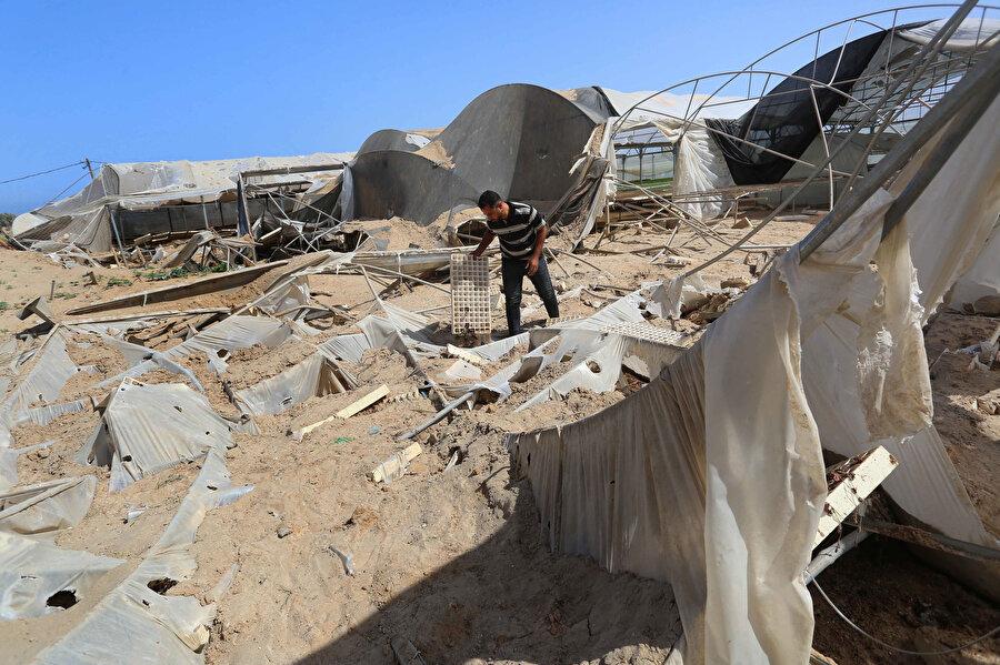 İsrail saldırılarının Gazze'deki seralar, su boruları ve güneş panellerine zarar vermesi, Gazze'deki tarım faaliyetlerini zora sokuyor.