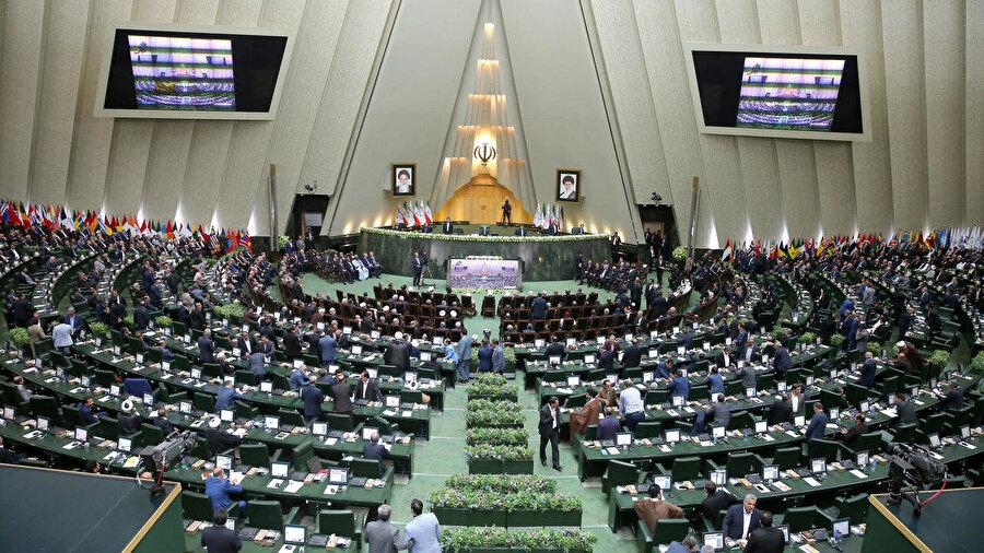 İran Meclisi -çoğunluğu muhafazakâr- 290 milletvekilinden oluşuyor.