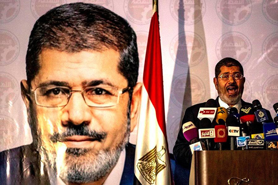 Muhammed Mursi, seçimi kazanmasının ardından basın açıklaması yaparken.