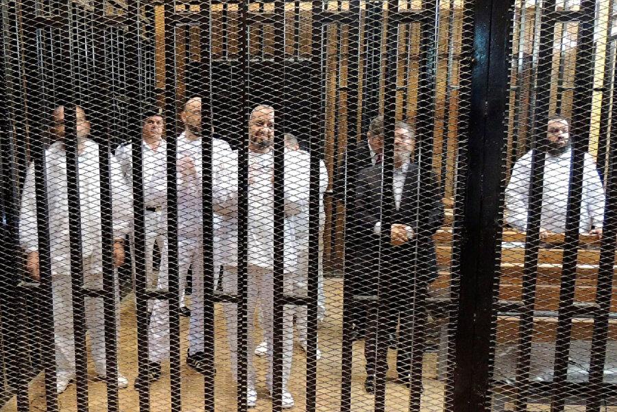 Sisi'nin yaptığı darbe sonrası tutuklanan İhvan mensupları ve Muhammed Mursi.