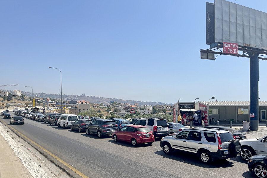 Lübnan'da yaşanan akaryakıt sıkıntısı nedeniyle birkaç haftadır önünde uzun kuyrukların oluştuğu benzin istasyonlarında yakıt stokunun tükenmek üzere olduğu bildirildi.