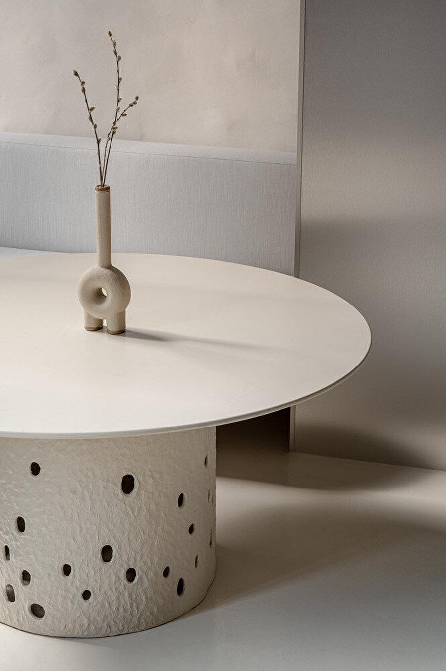 Ztista ayaklı geniş masalar.