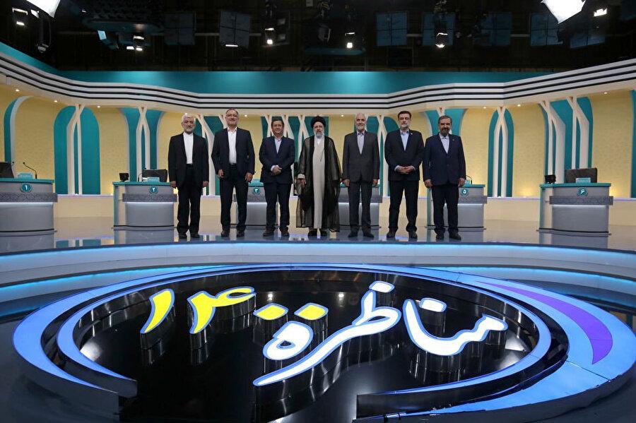 Cumhurbaşkanı adayları, bir televizyon programı sonrası hatıra fotoğrafı çektirirken.