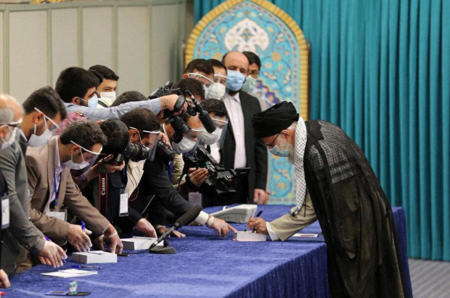 İran dini lideri Ayetullah Ali Hamaney seçimlerde oyunu kullanırken.