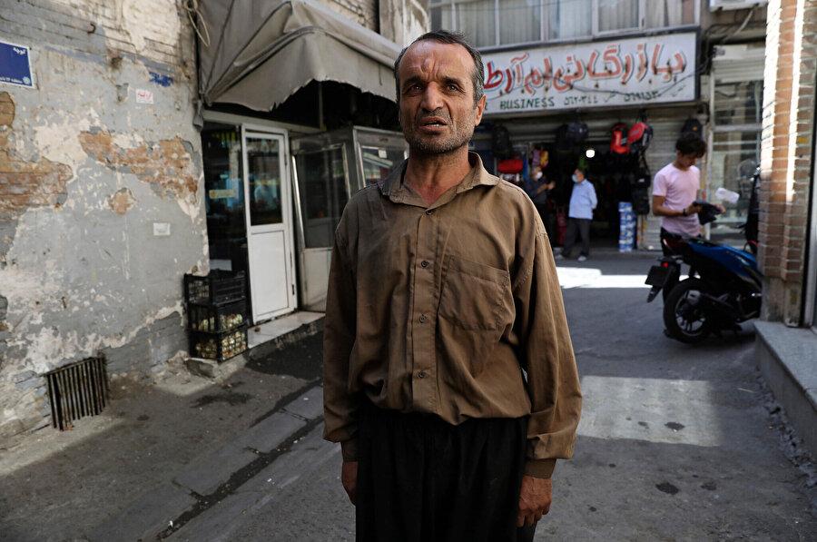 Tahran'daki en büyük Pazar yeri Kapalı Çarşı'da hamallık yapan bir İranlı yabancı basına seçim değerlendirmesi yaparken görülüyor.