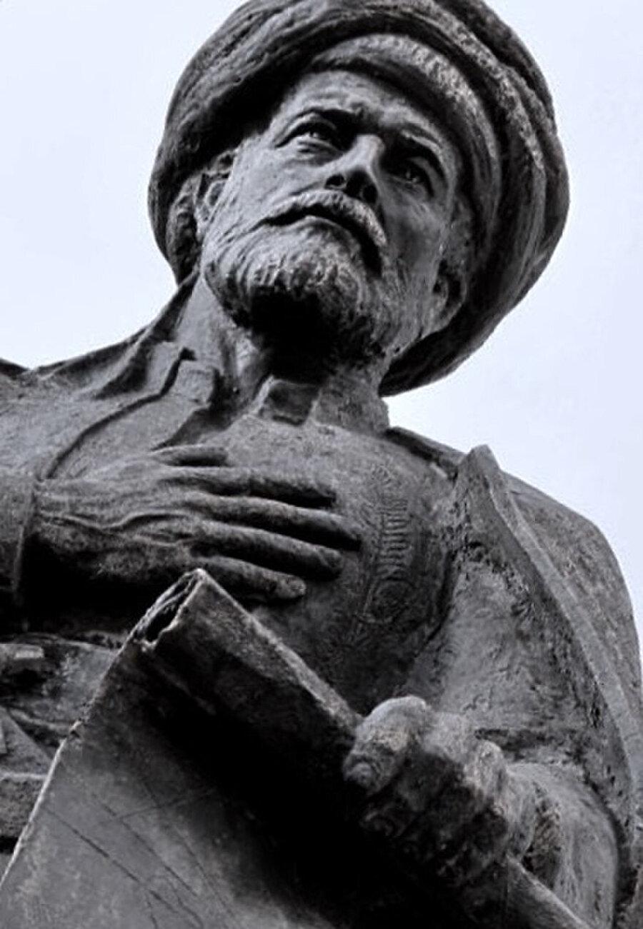 (Pîri Reis'in Mersin Deniz Müzesi'nde bulunan büstü) Çizdiği iki dünya haritası ve Akdeniz portolanı olan Kitâb-ı Bahriyye adlı eseriyle büyük ün kazanmıştır.
