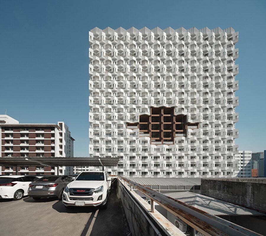 Yapı cephesinde kontrast oluşturacak nitelikte beyaz ve kahverengi renkleri kullanılıyor.