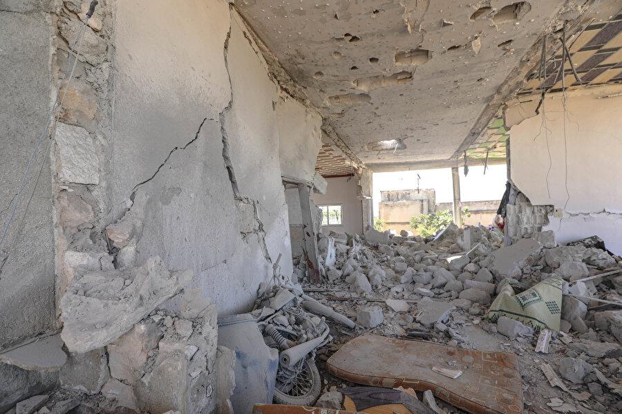Esed rejim güçleri İran destekli terör guruplarıyla birlikte İdlib Gerginliği Azaltma Bölgesi'nde geçerli olan ateşkesi sık sık ihlal ederek sivilleri hedef alıyor.
