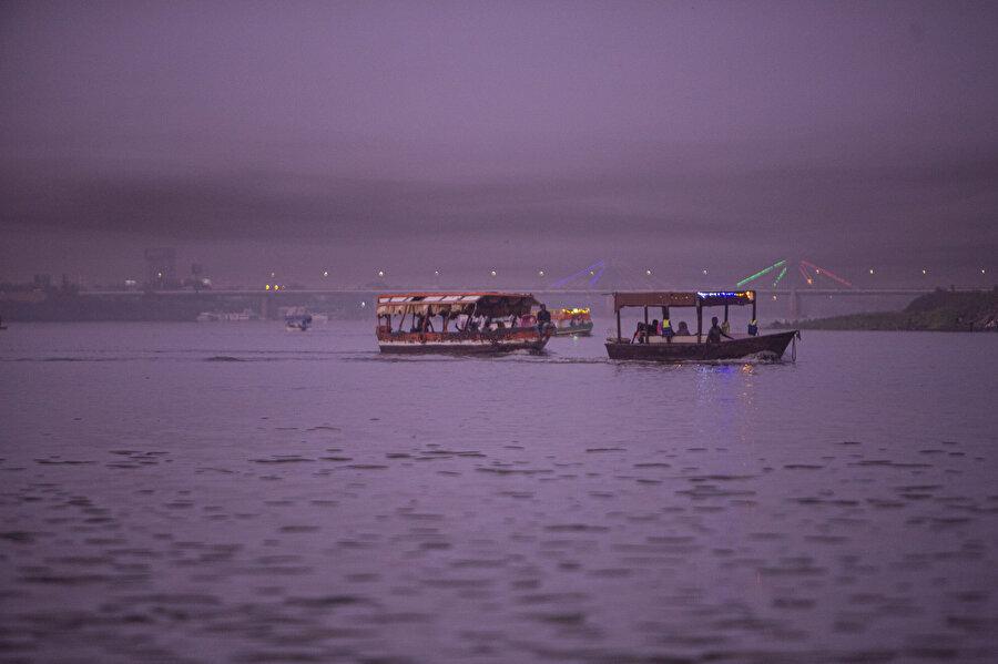 Mavi Nil kıyısında tekne turu yapılabilecek işletmelerin yanı sıra onlarca kafe bulunuyor.