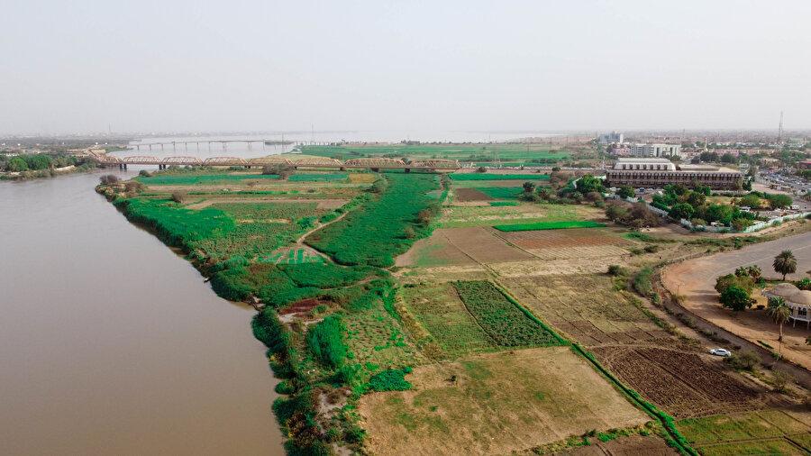 Nil üzerinde ayrıca tarım ve turizm amaçlı kullanılan irili ufaklı onlarca adacık bulunuyor.