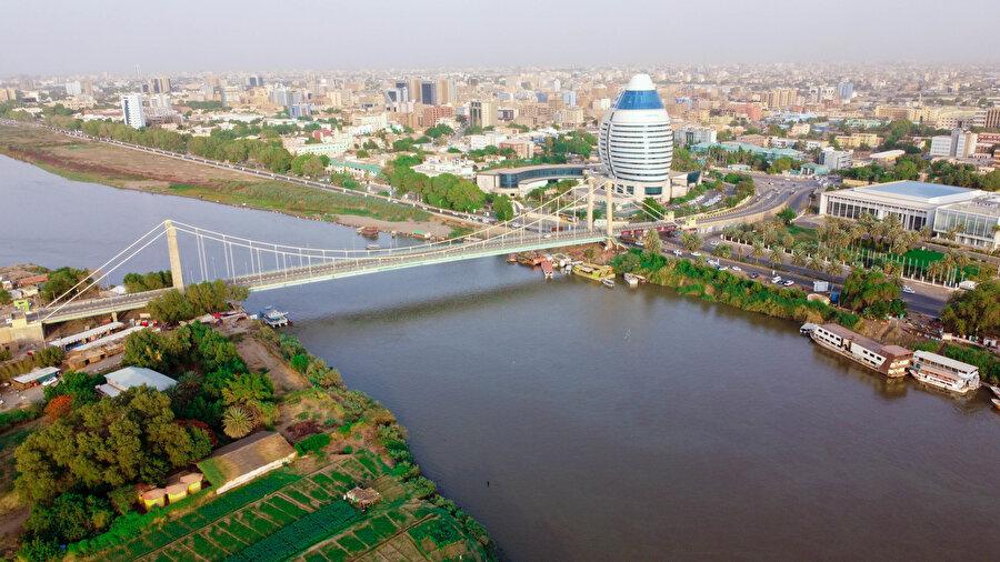 Nil, Hartum'daki sosyal ve ekonomik hayatın kaynağı olduğu gibi, kültür ve sanatın da kaynağı.