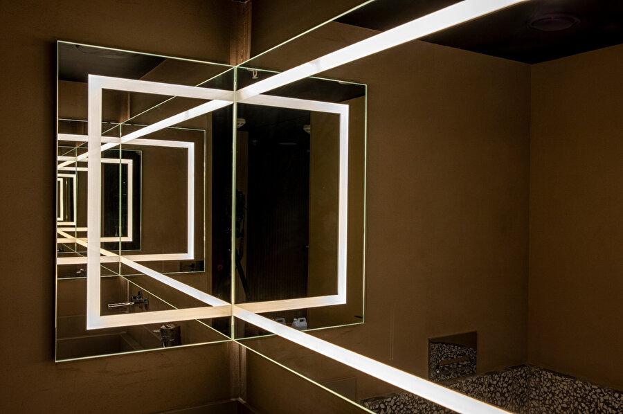 İç mekan tasarımı, farklı boyut ve şekillerde tercih edilen aydınlatma ögeleriyle tamamlanıyor.