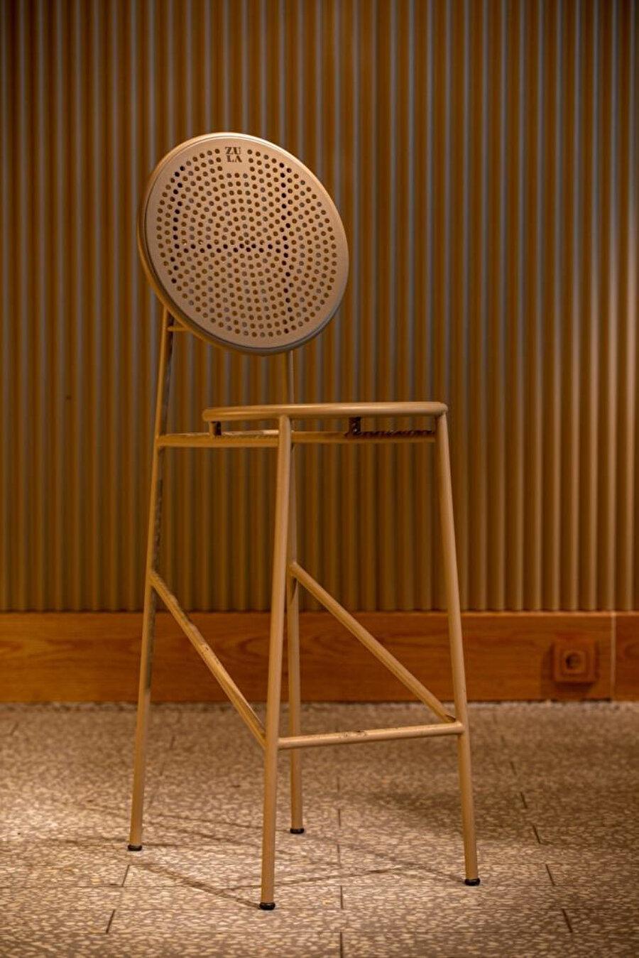 Zula için özel olarak tasarlanan bar sandalyesi.