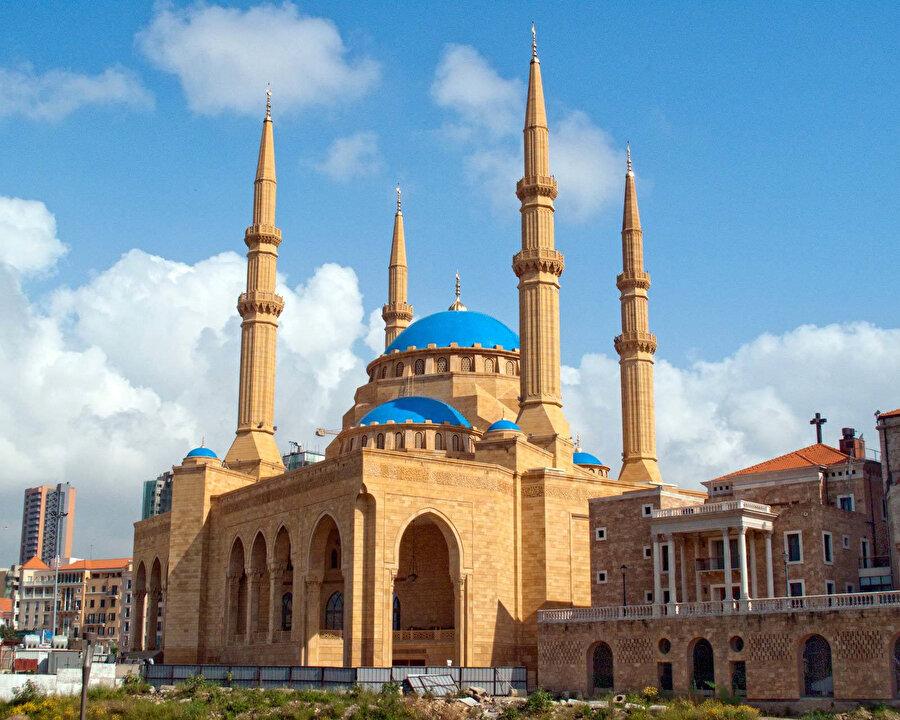 İhtişamlı duruşuyla Muhammed el-Emin Camii. Eski Başbakan Refik Hariri tarafından yaptırılan cami, 72 metre yükseklikte dört minareye sahiptir. Cami tamamlandıktan sonra, yanındaki kilisenin çan kulesinin yüksekliği de Hıristiyanlar tarafından aynı seviyeye çıkarılmıştır.