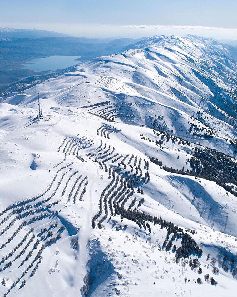 Lübnan'ın karla kaplı dağları.