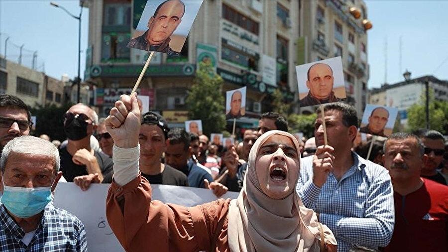 Nizar Benat'ın gözaltında ölümü Filistin'de geniş kitlelerin tepkisini çekti.
