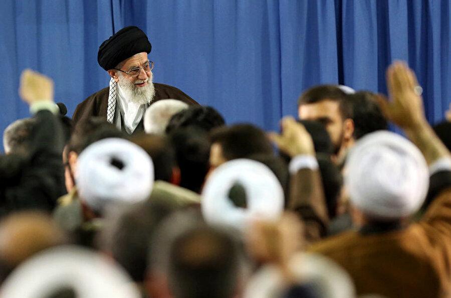 Sahip olduğu dini ve siyasi otorite ile İran'daki rejimin baş ismi: Âyetullah Ali Hamaney.