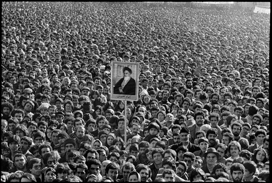 Devrimin ilk yılları, neredeyse bütün İranlıların Humeyni'nin etrafında birleştiği yıllardı. Sağ altta kürklü siyah şapkalı kişinin hemen arkasında çok tanıdık bir sima: Bugün adeta rejim düşmanı kesilmiş olan geleceğin cumhurbaşkanlarından Ahmedinejad...