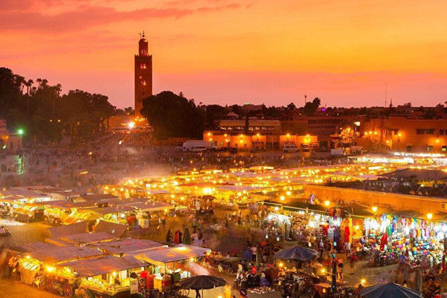 Bir akşam vakti, ışıl ışıl Câmi'ul Fena Meydanı.