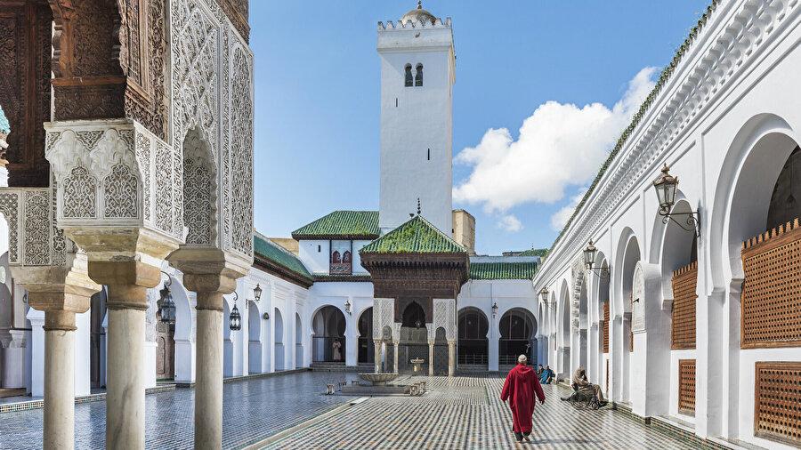Külliye, inşasından itibaren ilmî hayatın gelişimine kaynaklık eden bir eğitim ve kültür merkezi olarak ortaya çıktı. Murâbıtların Merakeş'i başşehir yapmasıyla birlikte (454/1062) Karaviyyîn Camii İslâm dünyasının en önemli kültür merkezlerinden biri haline geldi.