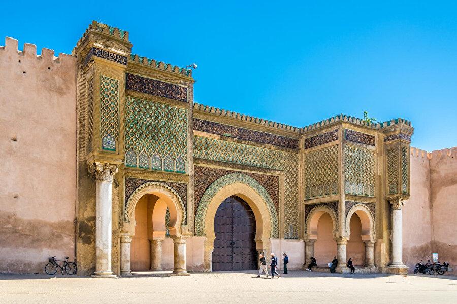 Meknes'in sembolü olarak anılan Mansur Kapısı, üzerindeki görkemli işlemelerle görülmeye değer bir eser. Mulay İsmail tarafından yaptırılan bu kapı, El Hedim Meydanı'nda yer alıyor.
