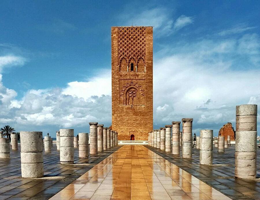 Muvahhidler döneminde yapımına başlanan ancak tamamlanamayan Hassan Camii, Rabat'ta ziyaretçilerin en çok ilgi gösterdiği tarihi mekânlar arasında yer alıyor.