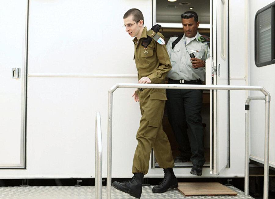 Hamas ve Filistinli gruplar, 2006 yılında ele geçirilen ve 2011 yılında yüzlerce Filistinli mahkum karşılığında serbest bırakılan İsrail askeri Gilad Şalit'i, 5 yıl boyunca tünellerde sakladı.