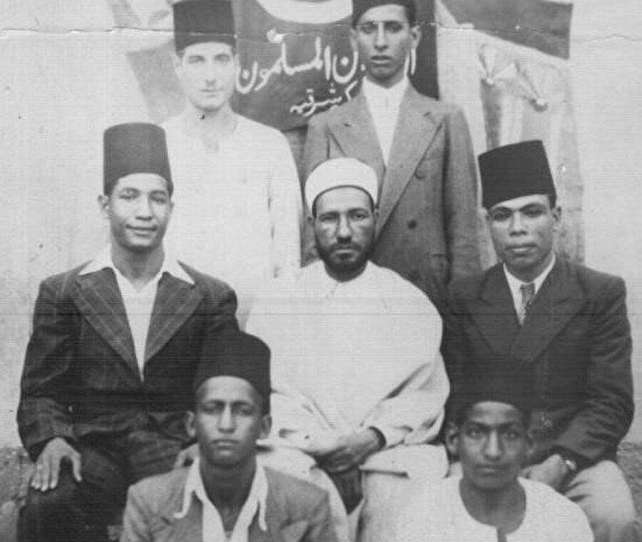 Mısırlı düşünür ve alim Hasan el-Benna (ortada), 12 Şubat 1949'da uğradığı suikast sonucu 43 yaşında şehit olmuştu.