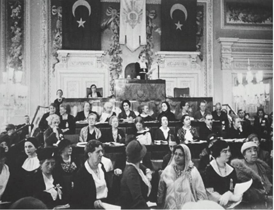 Hüda Şaravi,1935 yılında,12. Uluslararası Kadın Kongresi için İstanbul'a gelmiş ve burada Mustafa Kemal ile görüşmüştü.