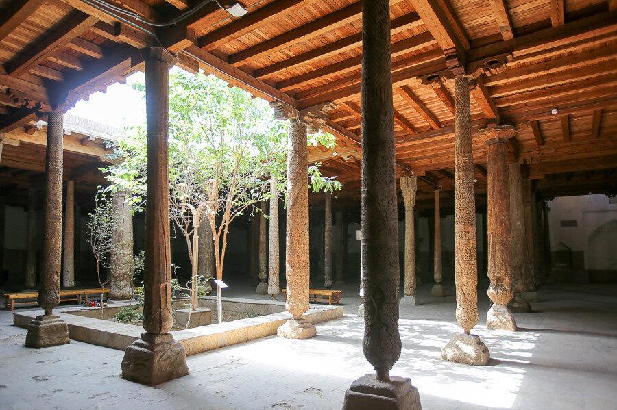 Hive Cuma Camii'nin içinden bir fotoğraf.